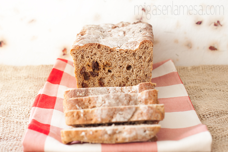 Pan negro de centeno con pasas y alcaravea (no es pumpernickel pero casi)