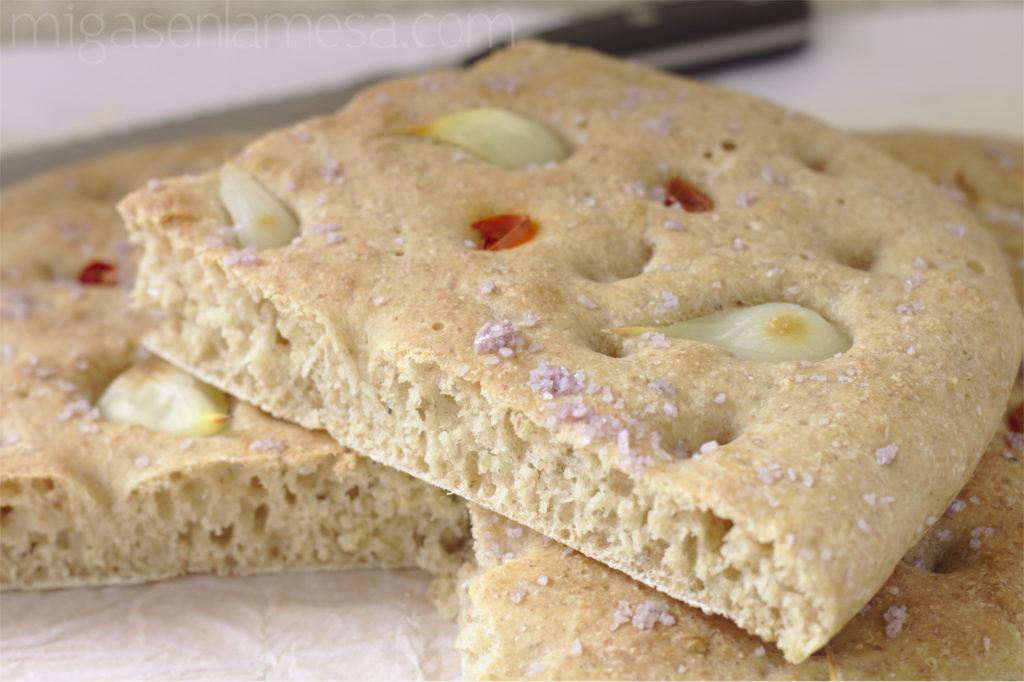 Focaccia semi integral con ajos tiernos y guindilla