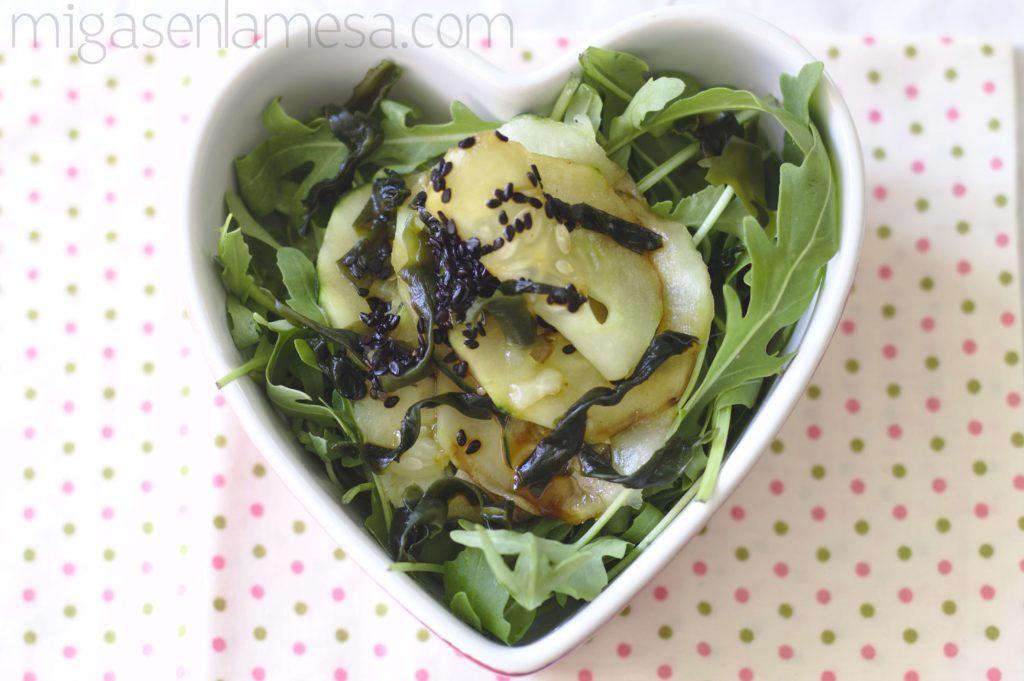 Ensalada picante de pepino y algas wakame