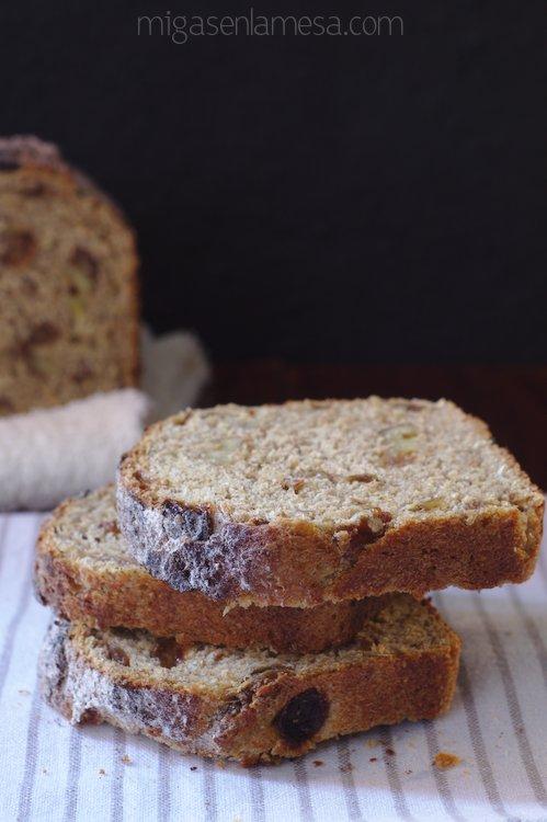 Pan integral de canela, nueces y pasas